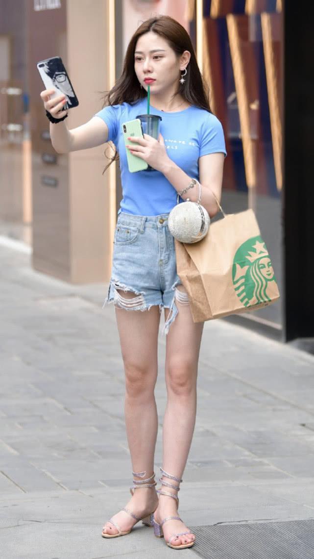 街拍:蓝色T恤搭配灰蓝牛仔短裤,简单清爽尽显气质女神的随性美插图