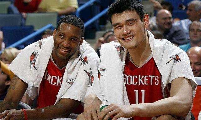 NBA巨星杜兰特近况:出入夜店与美女狂欢,抱孩子喂奶非常有爱