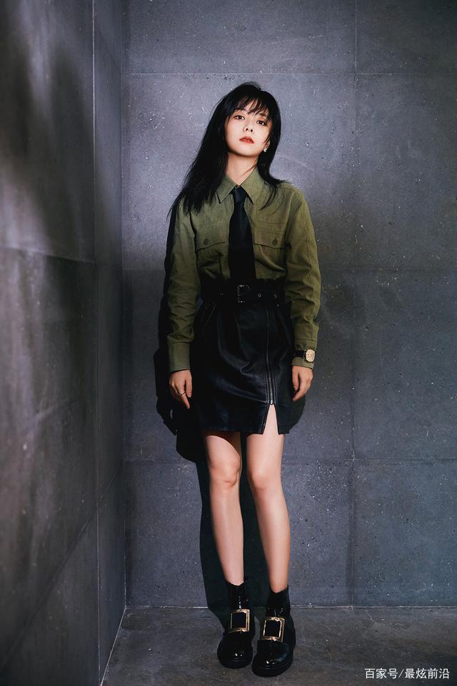 29岁谭松韵与20岁沈月,同穿皮裙,终于明白气质和年龄哪个更重要