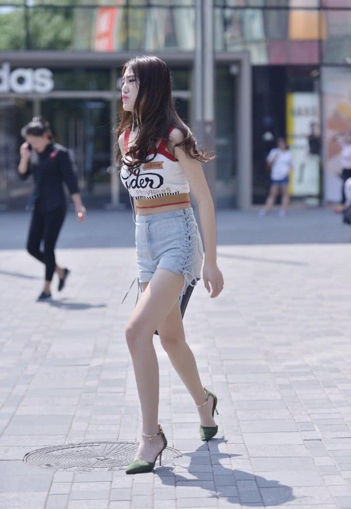 时尚街拍美女:背心+牛仔短裤,搭配高跟鞋才是夏日里的时尚精髓插图(1)