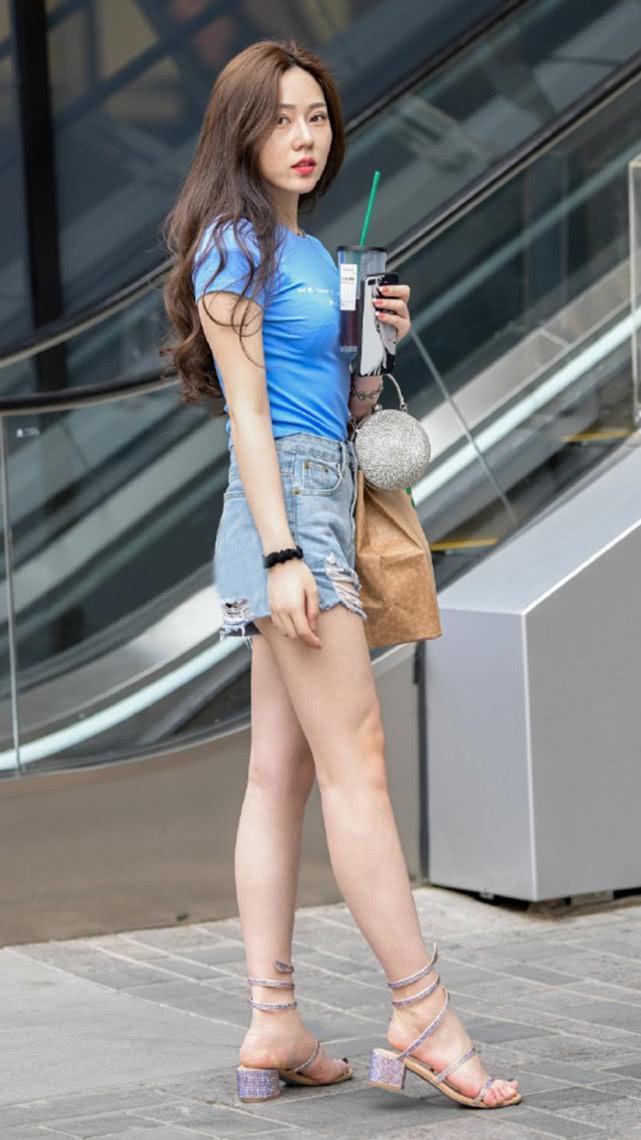 街拍:蓝色T恤搭配灰蓝牛仔短裤,简单清爽尽显气质女神的随性美插图(4)