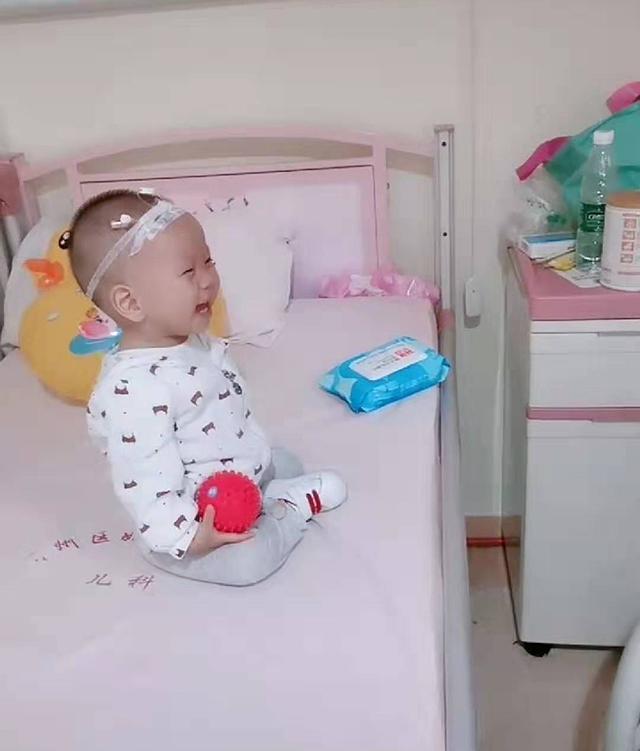 """病房里两个宝宝""""婴语""""聊天,气氛活跃,网友:这是商量着出院吗"""