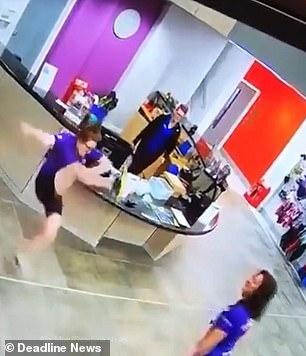 英国一年轻女孩尝试高抬腿失败倒地令人捧腹