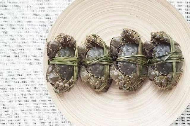 吃了几只螃蟹,浙江4个小伙肺和脑子被虫啃!这个教训现在看还不晚