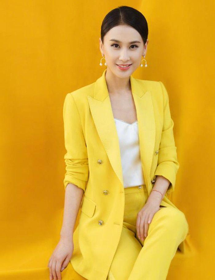 黄圣依真是美到犯规,亮黄色西装干练大气,怎么看都漂亮舒服