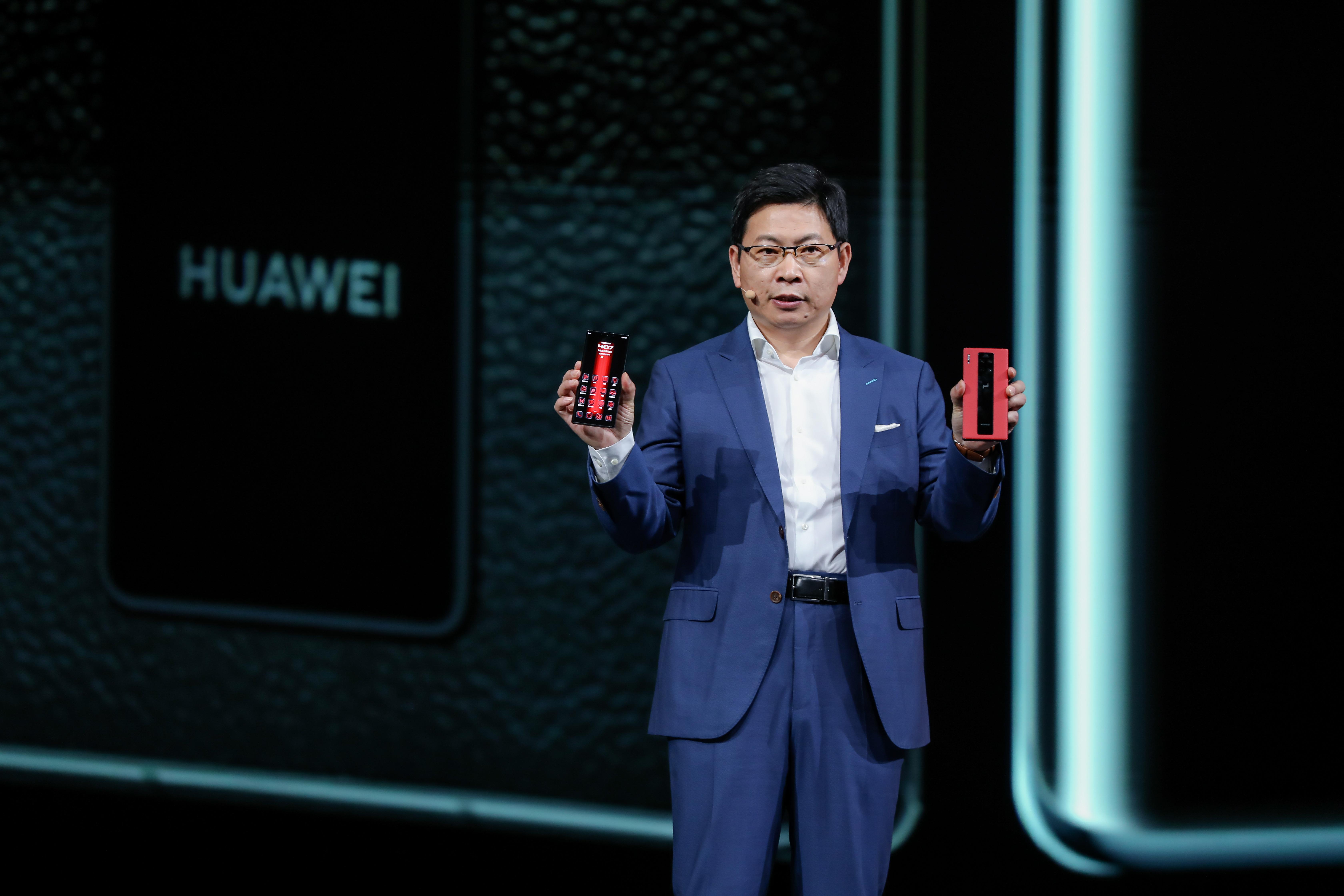 """余承东称华为已干翻苹果:iPhone没有5G,""""浴霸试""""三摄设计学习我们"""