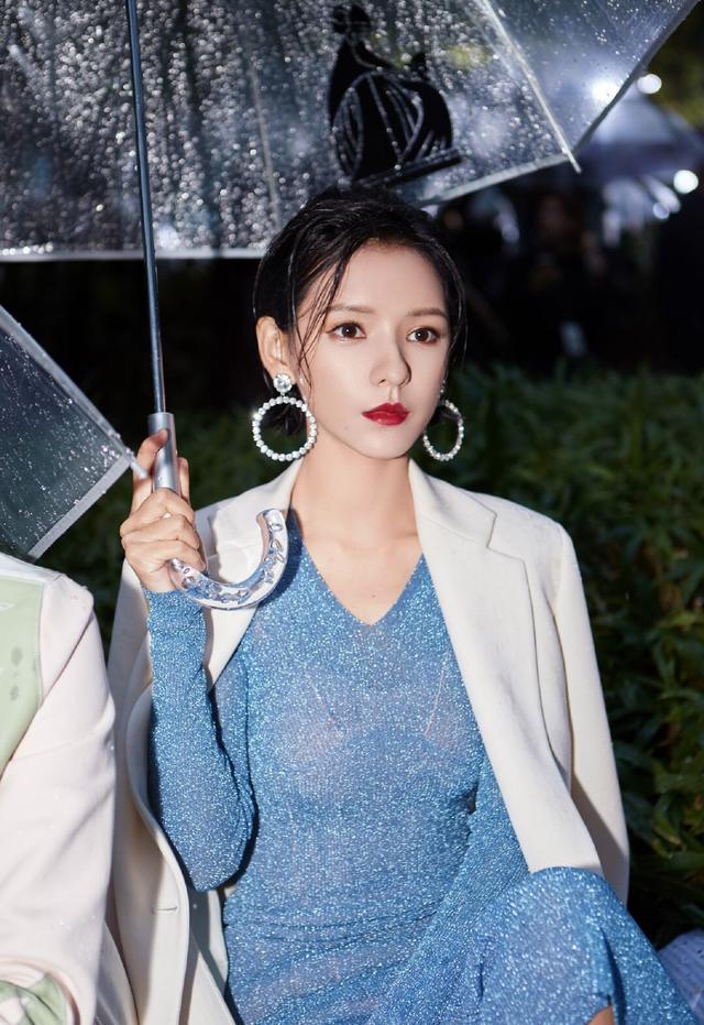 张予曦巴黎时装周,蓝色长裙演绎法式优雅,身段优美如同仙女