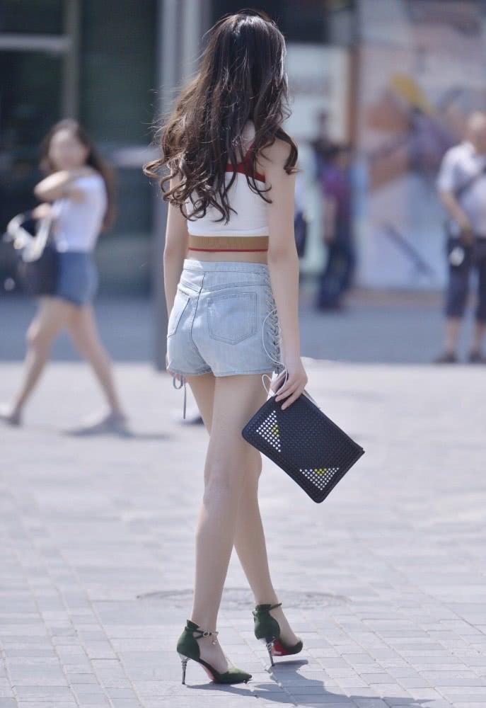 时尚街拍美女:背心+牛仔短裤,搭配高跟鞋才是夏日里的时尚精髓插图(2)