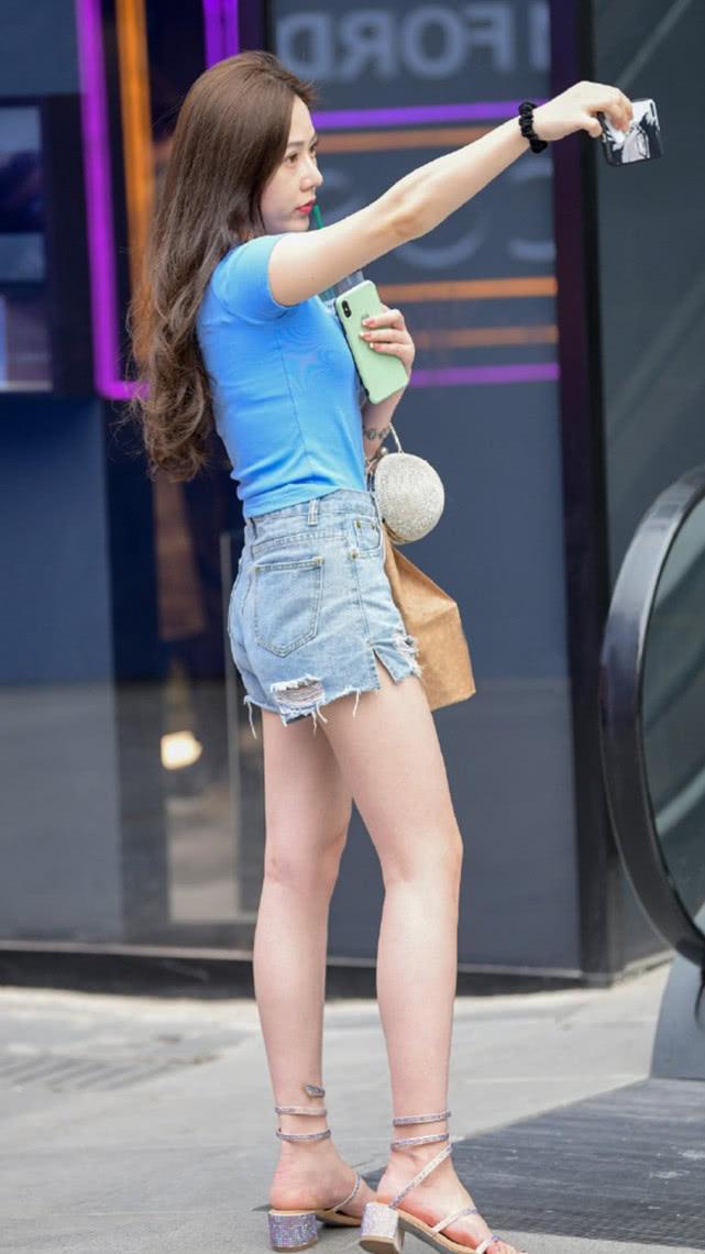 街拍:蓝色T恤搭配灰蓝牛仔短裤,简单清爽尽显气质女神的随性美插图(1)