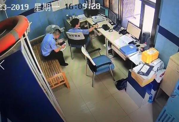 逃犯到武汉一派出所开无犯罪证明,被警察直接带入审讯室调查