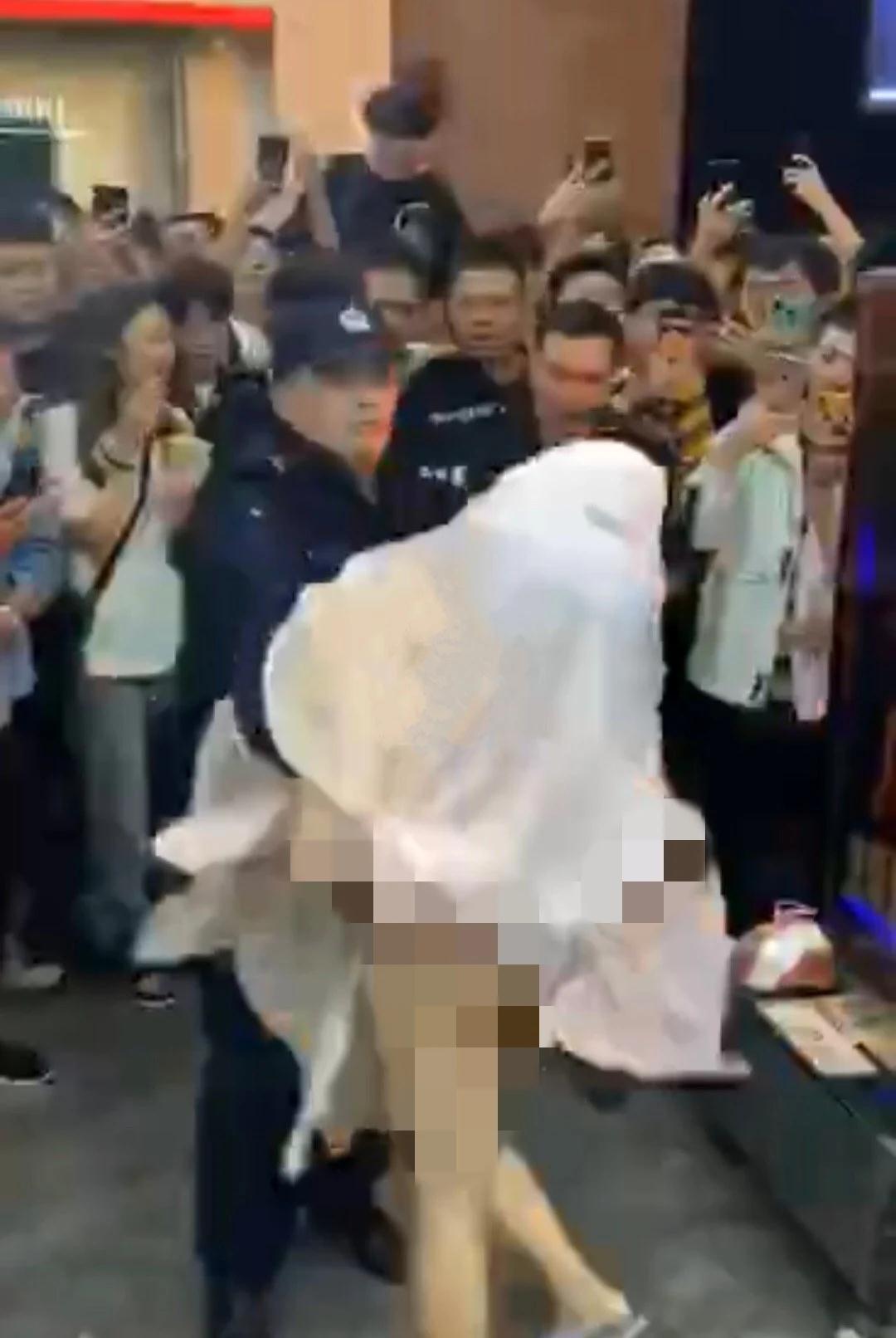 苏州观前街一女子当众裸舞,引众人围观拍照!