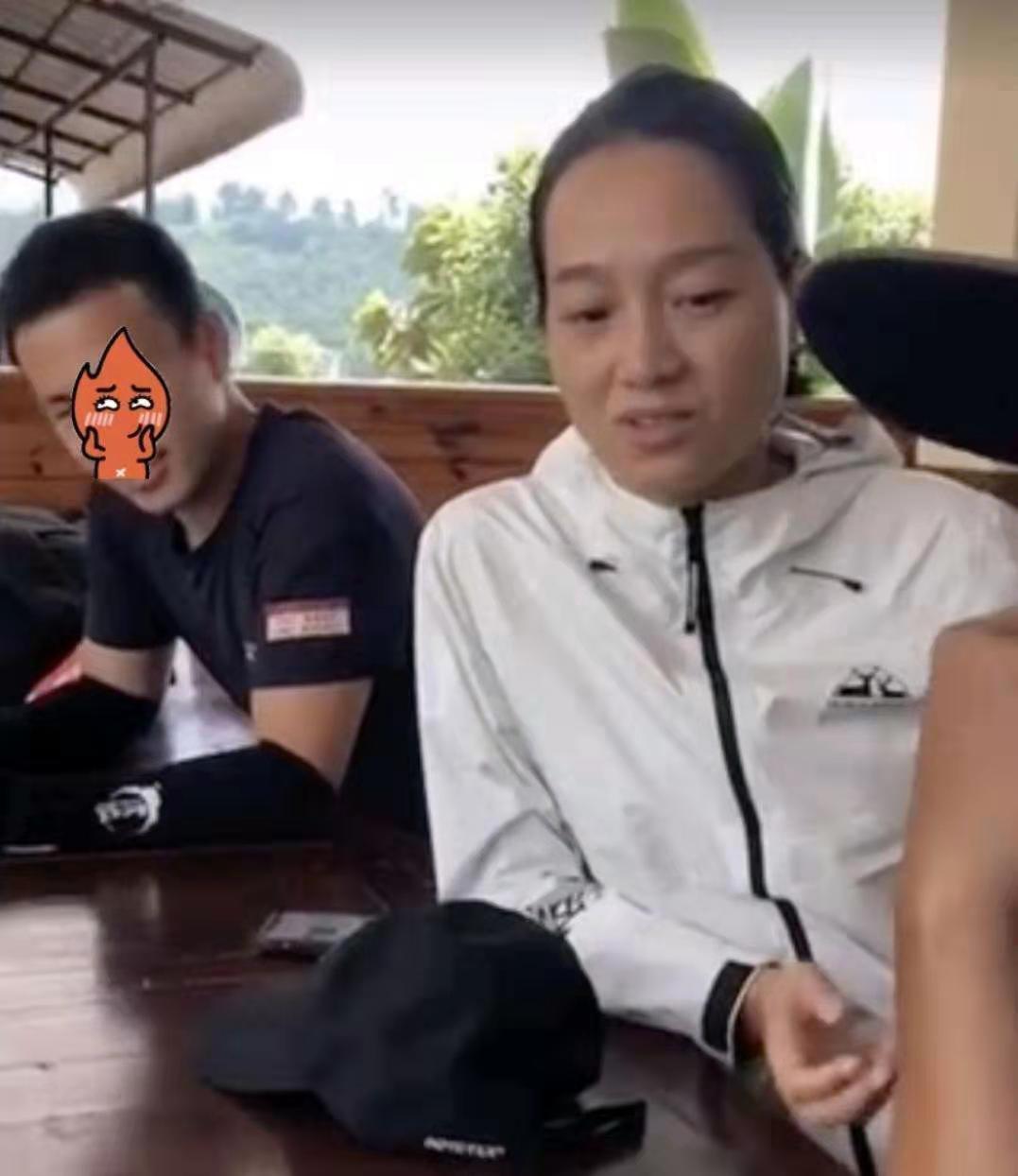 38岁朱丹素颜出街,与节目中形象反差太大,网友:怪不得老公不爱