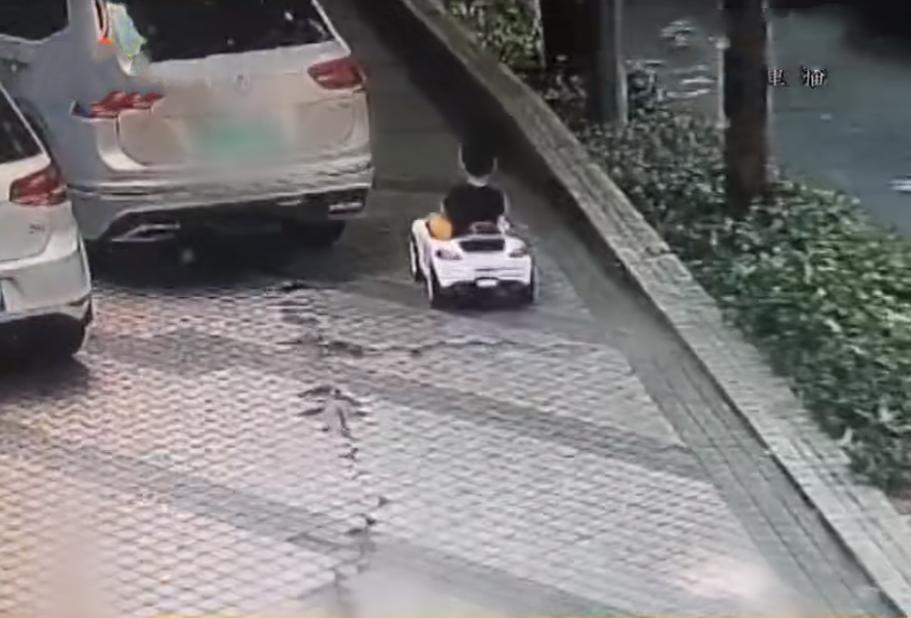 2岁男童开玩具车上路,行驶3公里,只顾欣赏风景却把爷爷忘了
