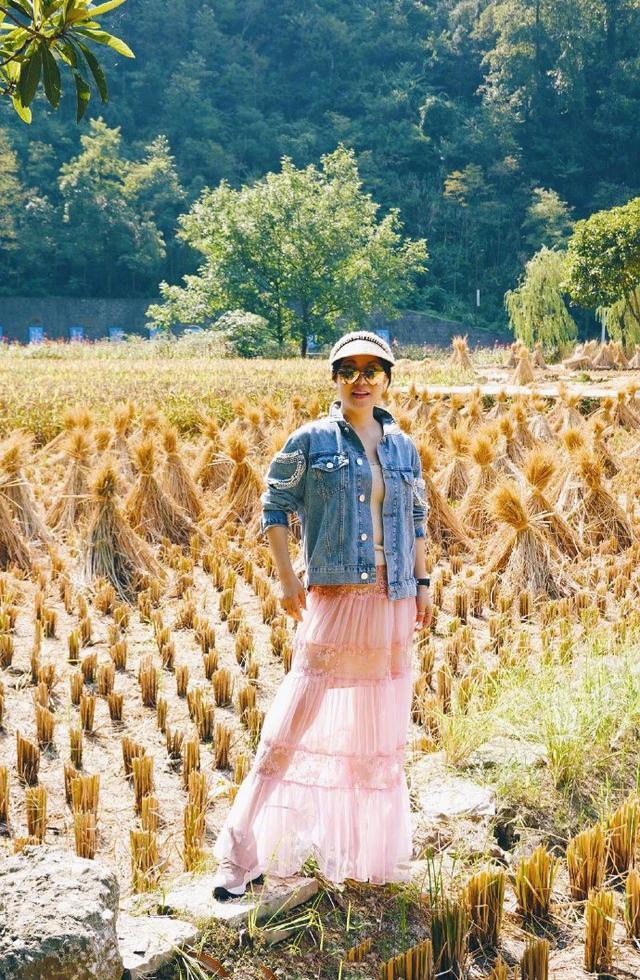 吕良伟携杨小娟旅游,穿蕾丝裙扮嫩,气质还不及周海媚一半!