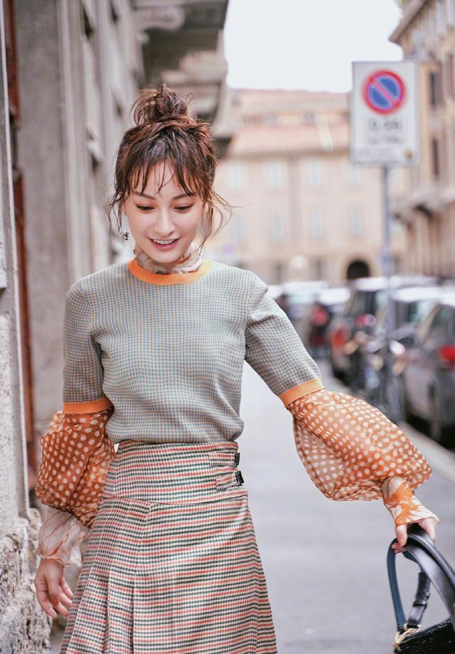 吴昕美出高级感,轻纱衫外面穿毛衣,配凌乱丸子头成秀场焦点插图(1)