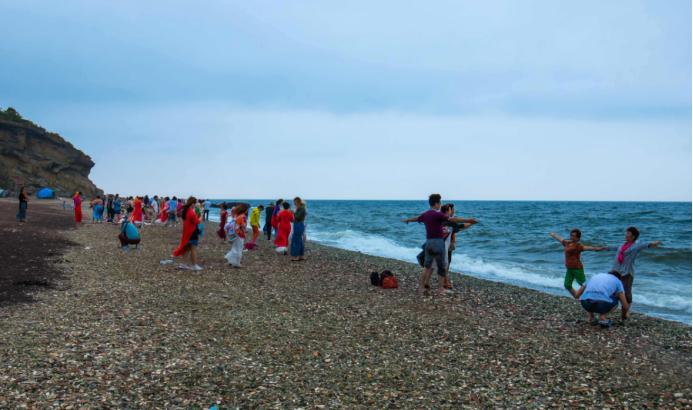 俄罗斯着名玻璃海滩:遍布无数绝美的玻璃石,却遭无数游客偷拿