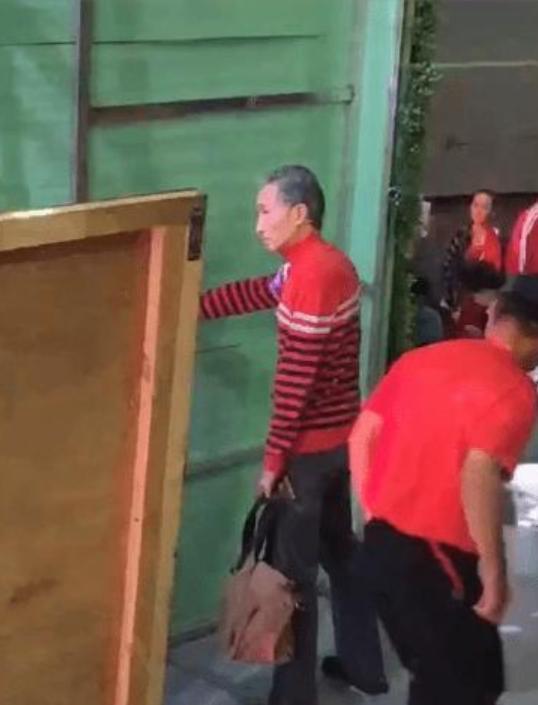 62岁巩汉林近照曝光,满头白发身材消瘦似竹竿,需扶墙才能站稳