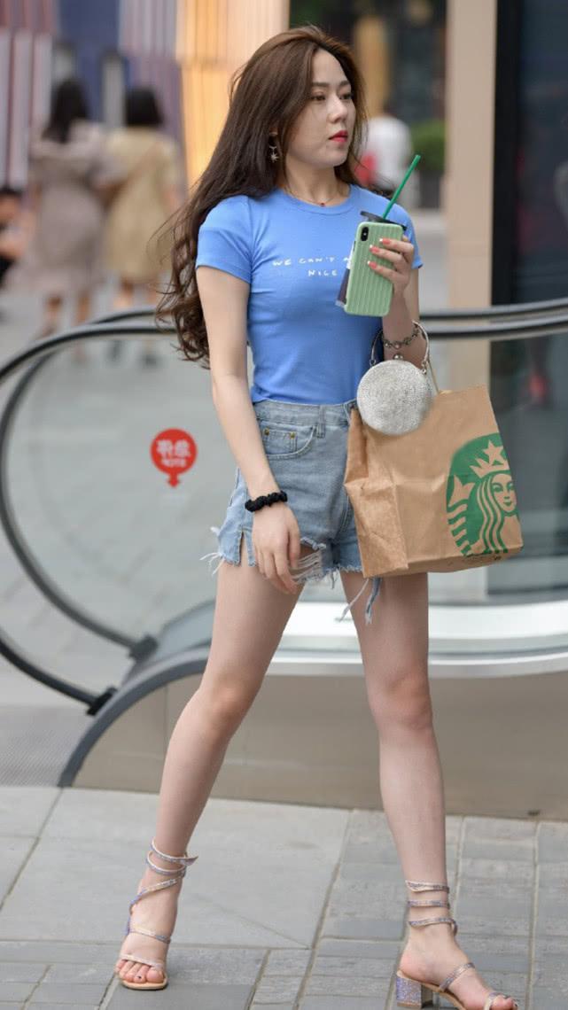 街拍:蓝色T恤搭配灰蓝牛仔短裤,简单清爽尽显气质女神的随性美插图(2)