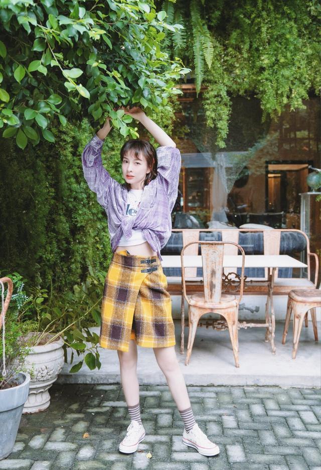 吴昕美出高级感,轻纱衫外面穿毛衣,配凌乱丸子头成秀场焦点插图(4)