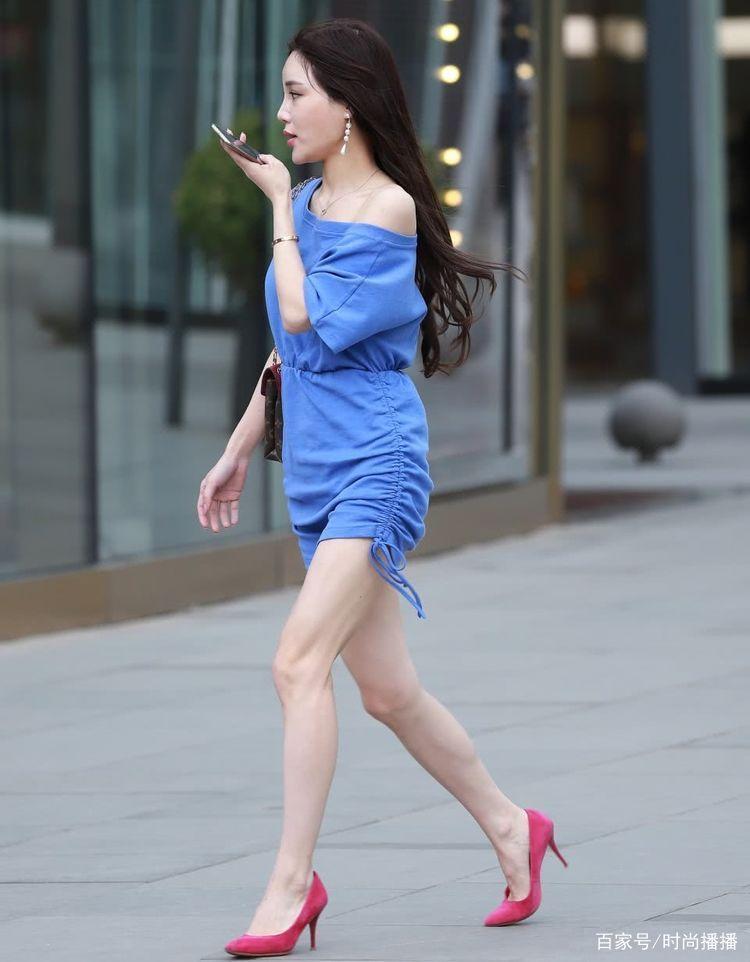 街拍:小姐姐一件蓝色短裙配高跟鞋,带着一种迷人气息