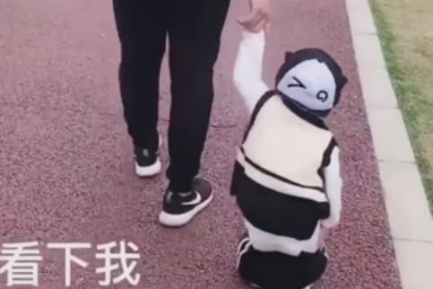 """奶爸""""邋遢式""""带娃,萌娃边走边提裤子,宝宝:我太难了!"""