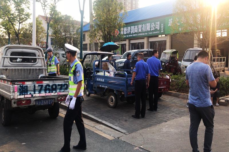 常德交警直属二大队:交警与城管部门联合整治甘露寺马路市场