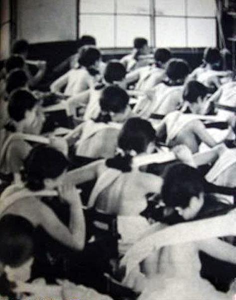 """老照片记录:二战期间日本为""""战时优生""""计划,鼓励学生赤膊上课"""