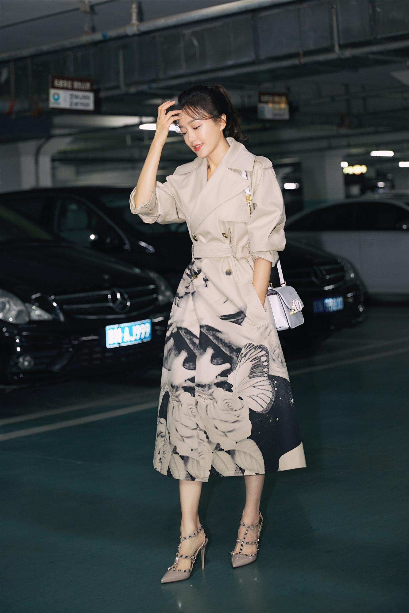 秦岚启程巴黎时装周 驼色风衣打造秋日浪漫质感时尚