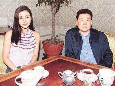 甘比晒与刘銮雄合照全程十指紧扣,网友:像爸爸和女儿