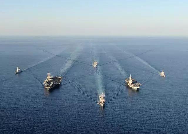 20国舰队刚进海峡,大国大型军舰亮导弹拦截,美承认自由巡航失败