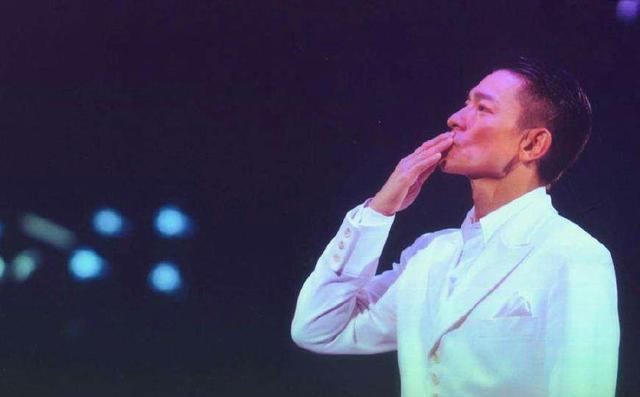 刘德华58岁诞辰,现场万人合唱祝愿,华仔冲动落泪