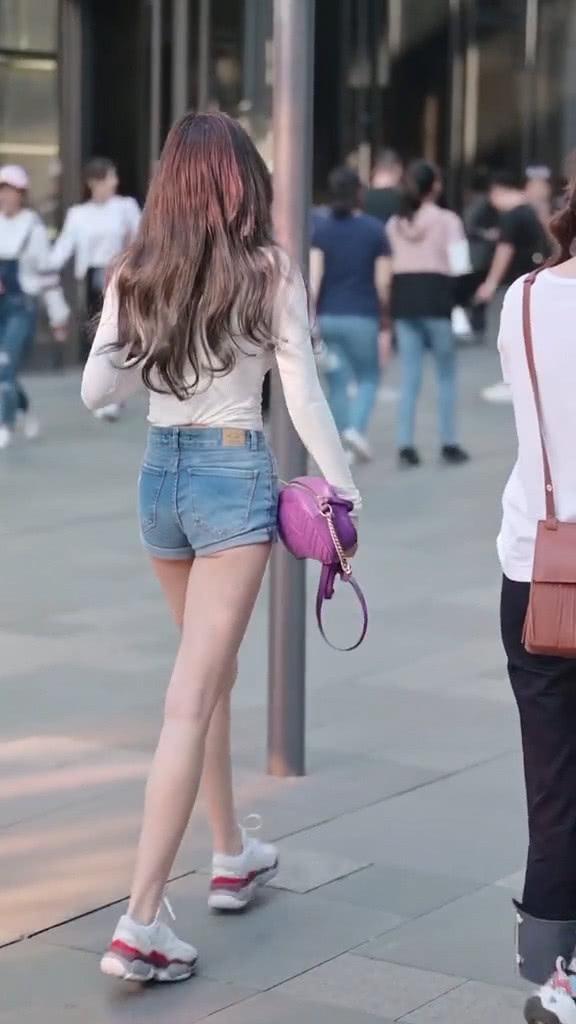 街拍美女:穿搭非常简单的小姐姐,搭配紫色款包包,魅力又时髦插图(2)