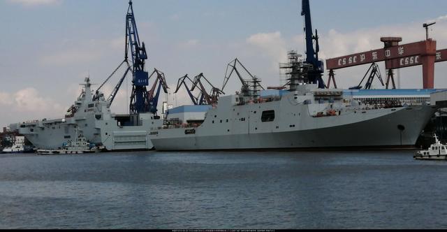 075下水,智利海军训练舰成小舢板,爬桅杆围观