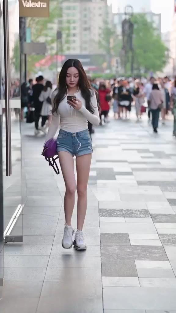 街拍美女:穿搭非常简单的小姐姐,搭配紫色款包包,魅力又时髦插图