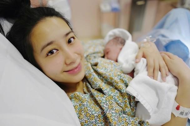 吴雨霏晒照宣布二胎产女