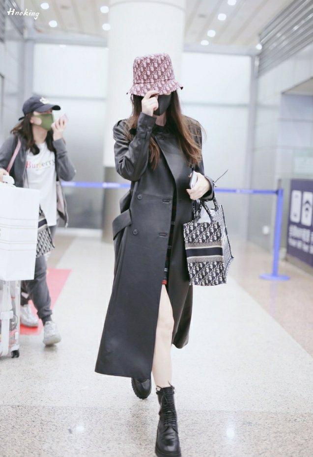 杨颖舍弃时装周匆忙回国,只为送小海绵上学,三个疑点引发猜测