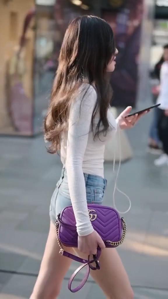 街拍美女:穿搭非常简单的小姐姐,搭配紫色款包包,魅力又时髦插图(4)