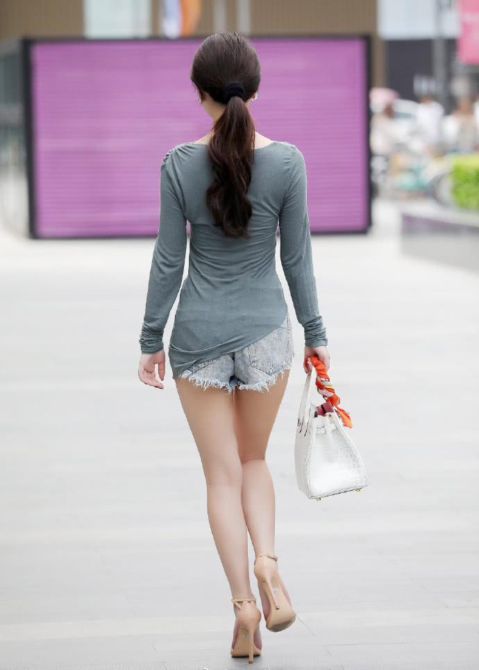 街拍美女:小姐姐靓丽可人,衣服不一样的裁剪方式,让人大饱眼福插图(2)