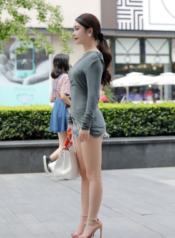 街拍美女:小姐姐靓丽可人,衣服不一样的裁剪方式,让人大饱眼福插图(3)