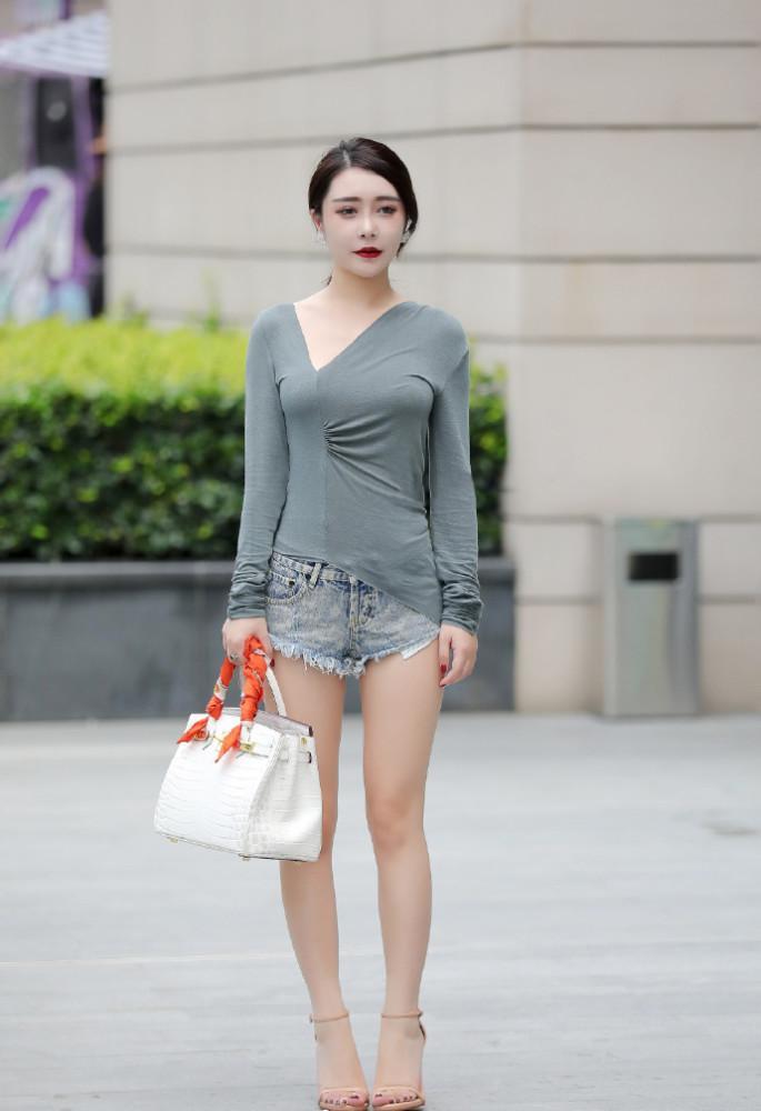 街拍美女:小姐姐靓丽可人,衣服不一样的裁剪方式,让人大饱眼福插图