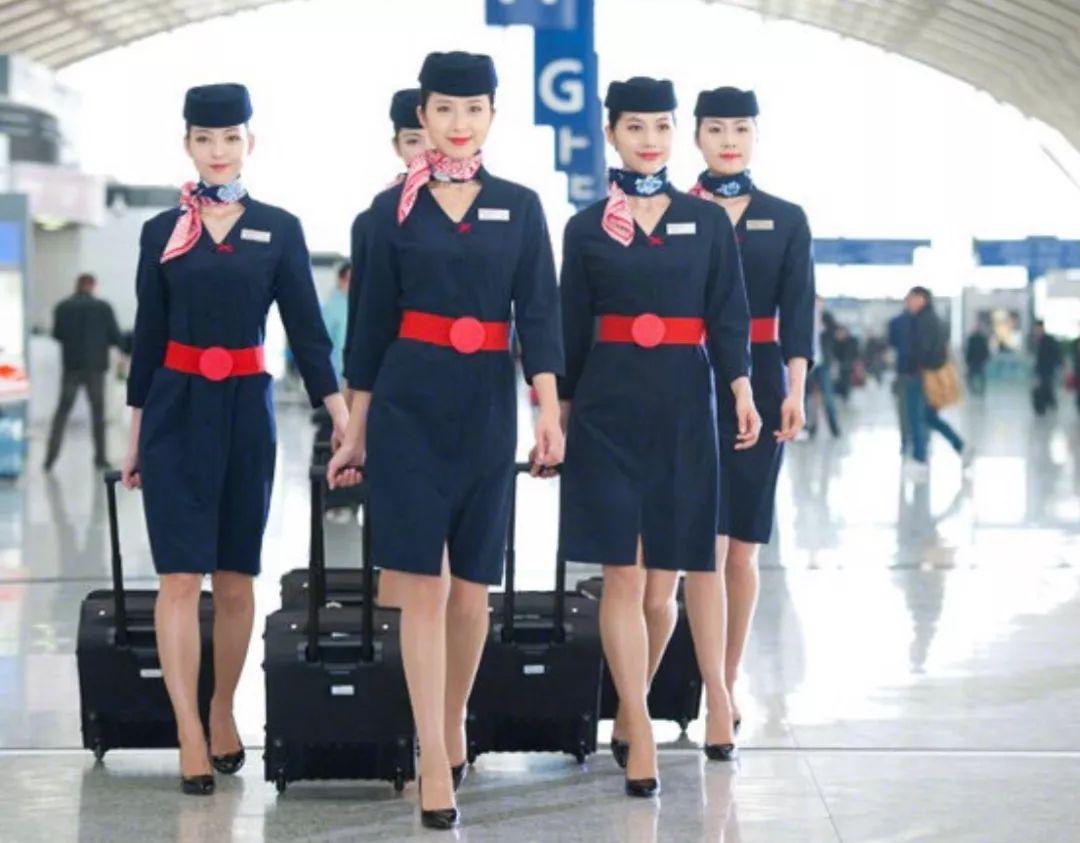 东航空姐换上漂亮的新装.图片