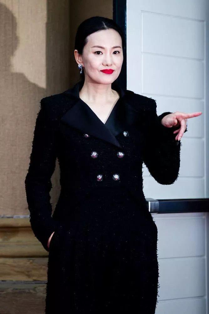 咏梅终于大牌一回,穿7万5套装亮相电影节,高贵大气尽显东方美!