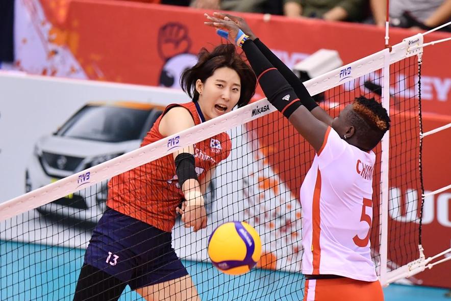 韩国女排取得第5胜,距离前四仅1分,看到四强希望,对手9连败