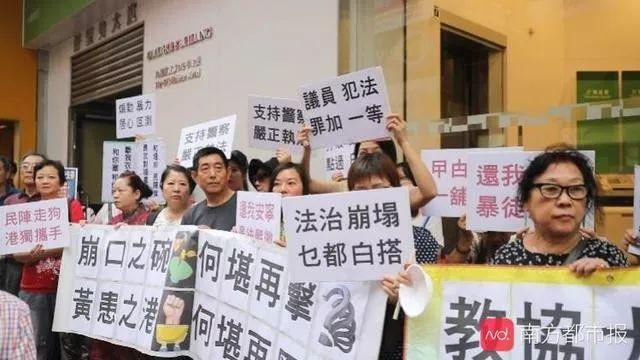 香港个别教师带学生上街贴标语!市民谴责教协和民阵教坏下一代