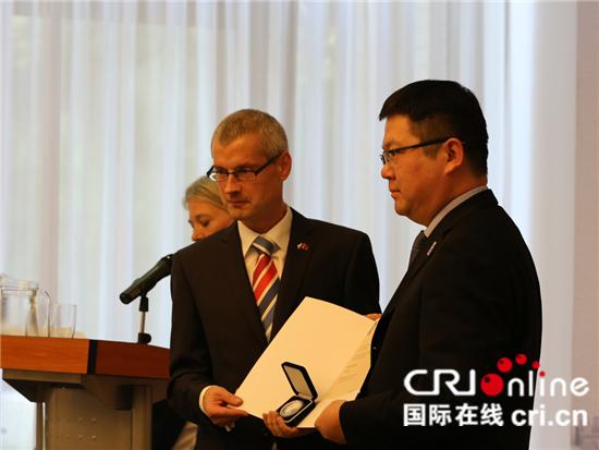 捷克驻华大年夜使馆为中捷文明关系生长做出凹陷供献的人颁发扬·马萨里克银质奖章