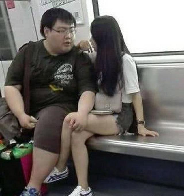 <b>爆笑GIF图:你们在地铁上这样秀恩爱,有考虑过别人的感受吗!</b>