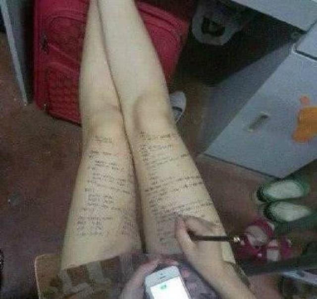 爆笑GIF图:妹子考试有妙招,她的大长腿终于派上了用场啊!