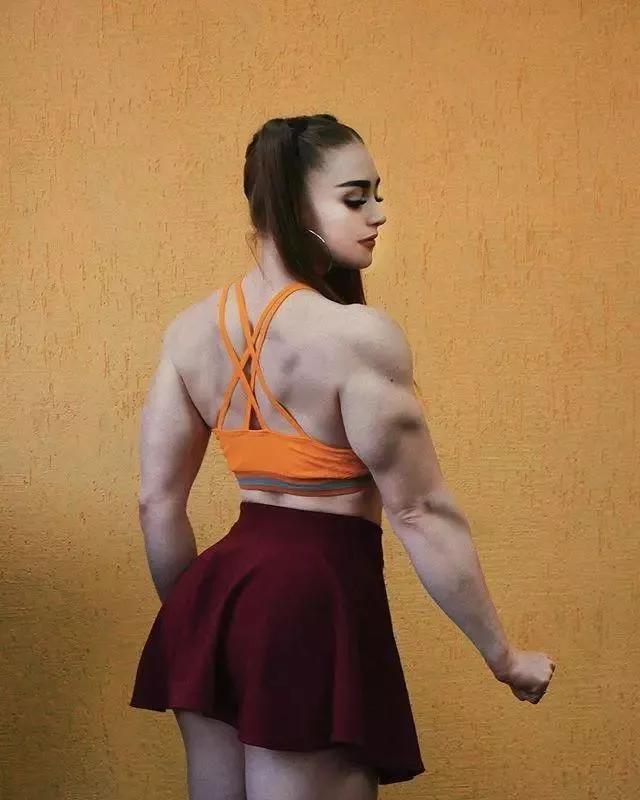 充满压迫感的肱二头肌身材、卧推165kg的女人,这个初恋脸我爱了!