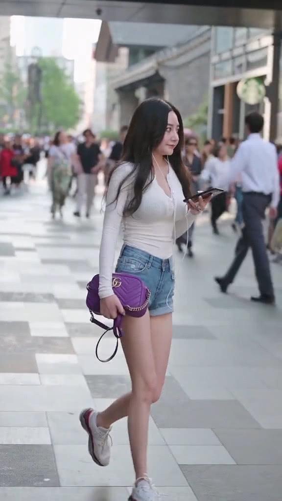 街拍美女:穿搭非常简单的小姐姐,搭配紫色款包包,魅力又时髦插图(1)
