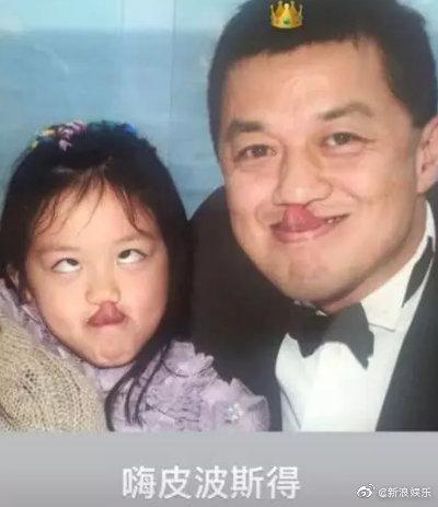 王菲女儿李嫣晒童年合影为李亚鹏庆生,扮鬼脸超心爱